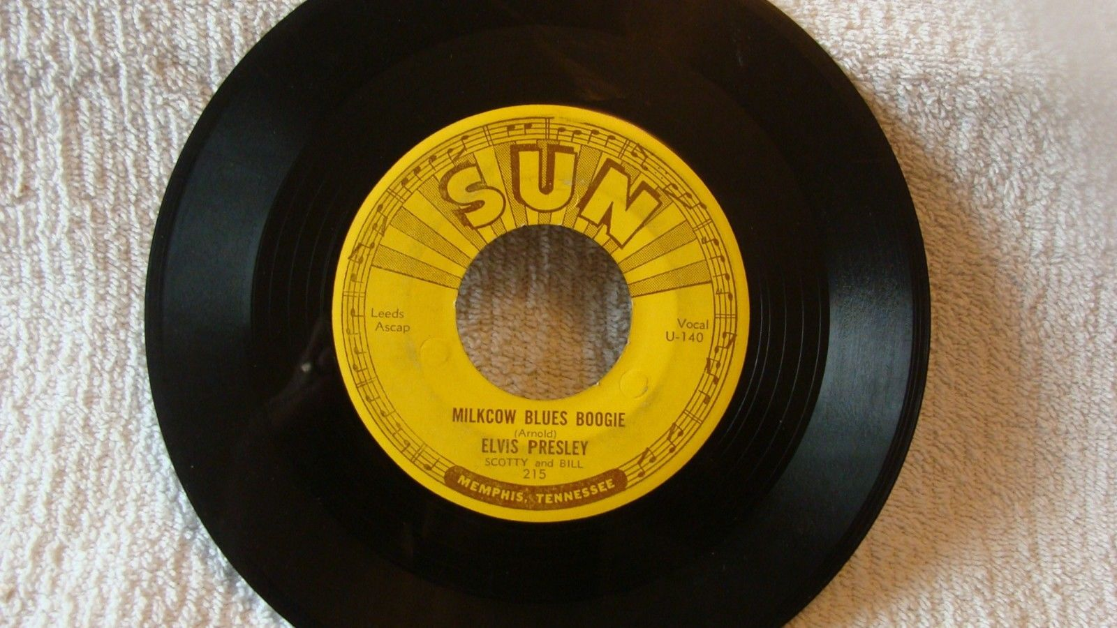 REDUCED  - ELVIS - SUN 215 - MILKCOW BLUES BOOGIE -  1955 ROCKABILLY -  45 RPM
